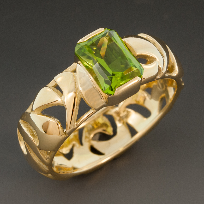 Peridot Ring W 18k Yellow Gold Pierced Band